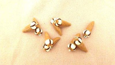 Un Ciondolo  di  cornetto gelato - una miniatura  cuore di panna algida - fimo - per orecchini bracciali, collane, anelli portachiavi