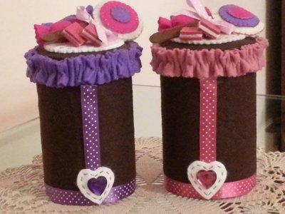 barattolo porta caramelle, rivestito in feltro, con caramelle e lecca lecca di feltro