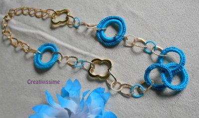 Collana all'uncinetto con cerchi e catenaoro fatta a mano azzurro