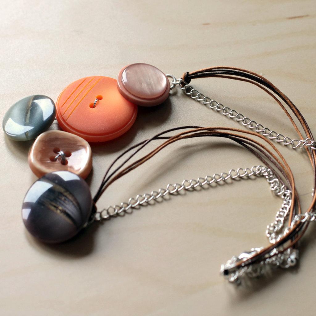 C12.14 - Collana con bottoni colorati