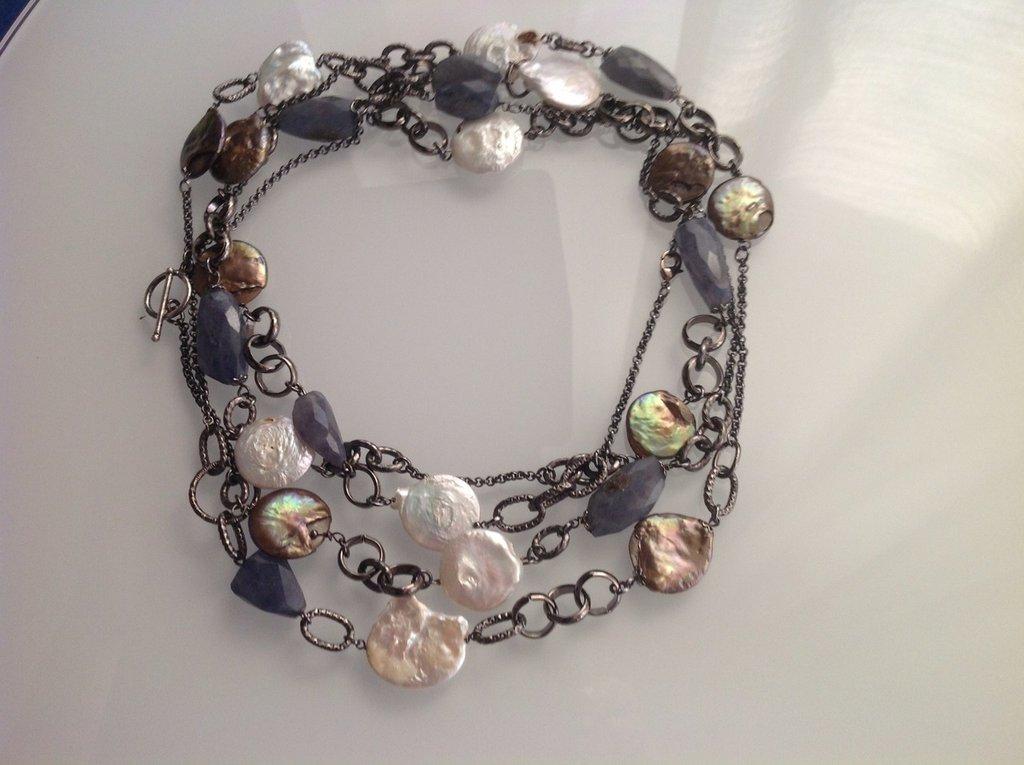 Collana multi filo brunita con perle di fiume e corindoni