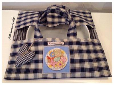 Portatorta in cotone a quadretti blu e beige con appliquè biscotti