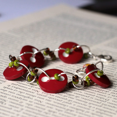 B49.14 - Bracciale rosso con bottoni e perle verdi