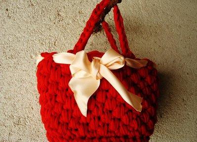 *Borsa in fettuccia rossa lavorata a crochet*