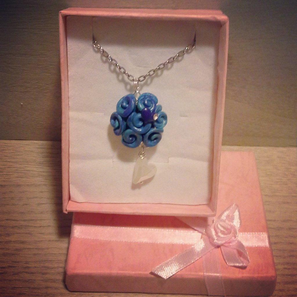collana con ciondolo boccioli di rosa in fimo blu cielo con dettagli o pietra cuore bianco, brillantino