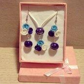 collana con ciondolo boccioli di rosa in fimo color blu,bianco e celeste con dettaglio pietra blu lucido completa di orecchini pendenti