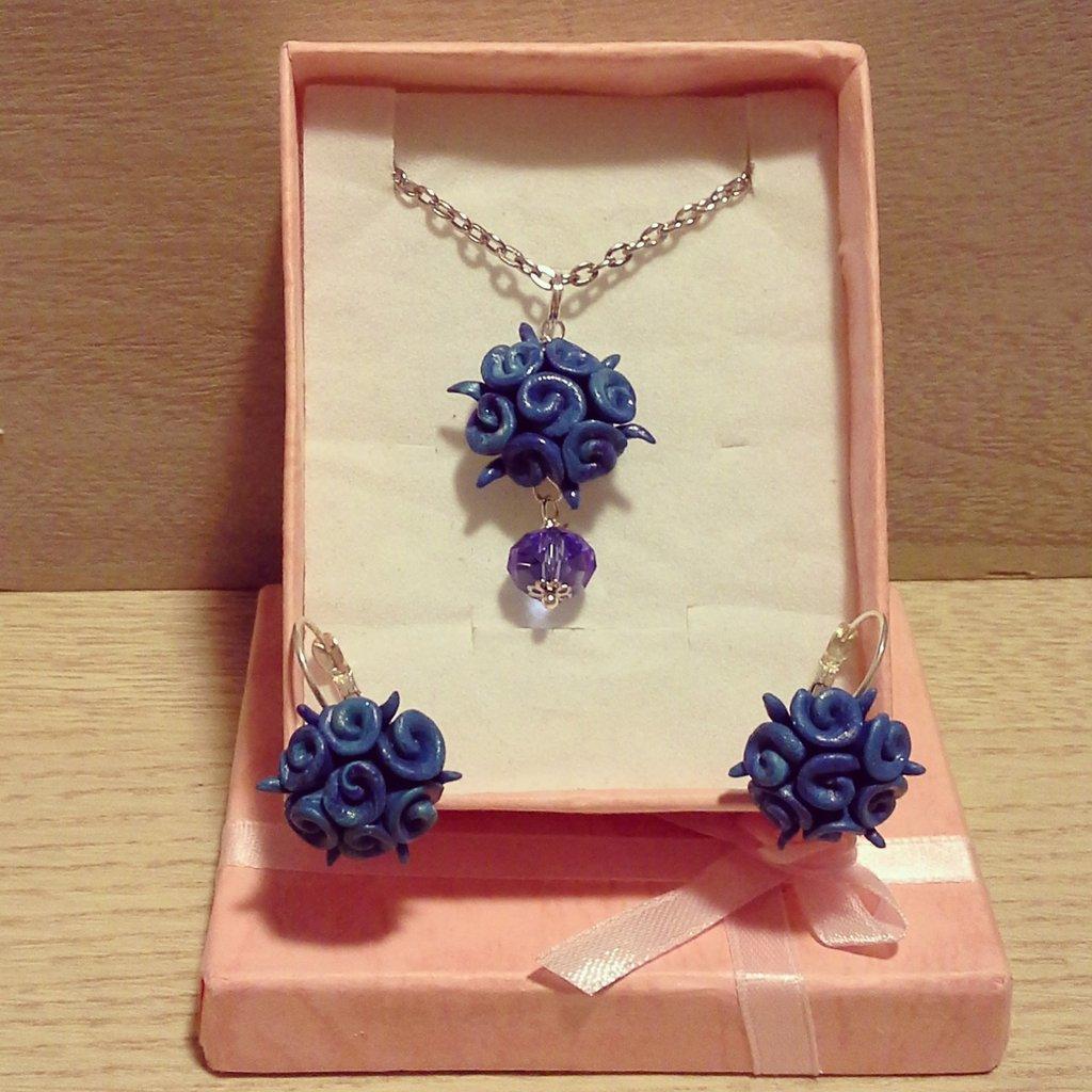 collana con ciondolo boccioli di rosa in fimo blu con dettaglio pietra blu completa di orecchini monachella