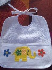 Elefantino tra i fiori: Bavaglio con elefantino giallo e piccoli fiori colorati.