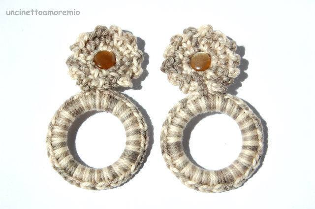 Orecchini  Sabbia  - a clips uncinetto multicolore e bottoncino madreperlato