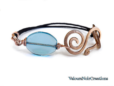 Bracciale spirale in rame martellato creato a mano perla vetro azzurro
