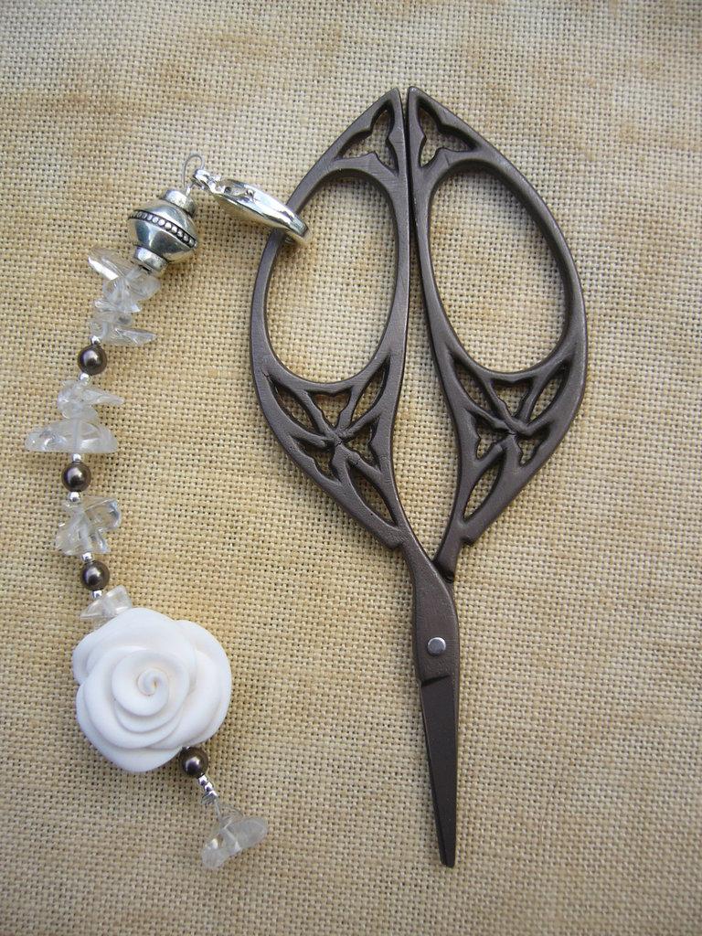 SCISSOR FOB - White Rose -