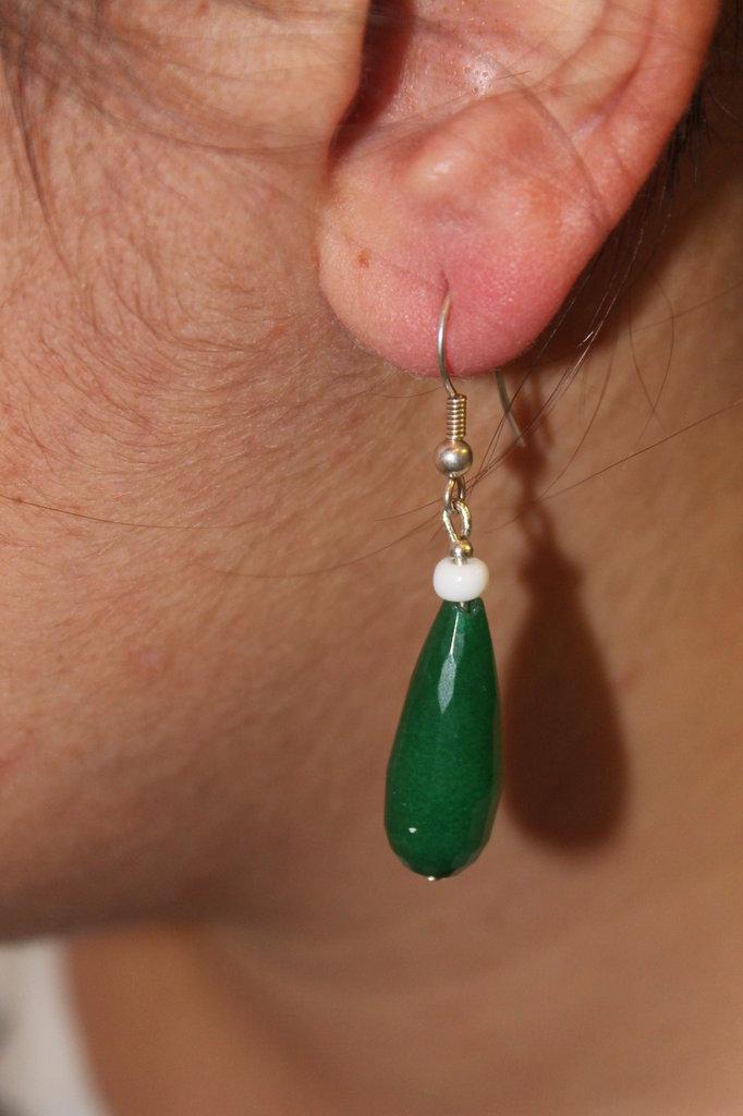 Orecchini lunghi con pietre dure verdi