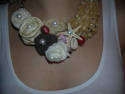 collana di rose e pezzi di pietre dure