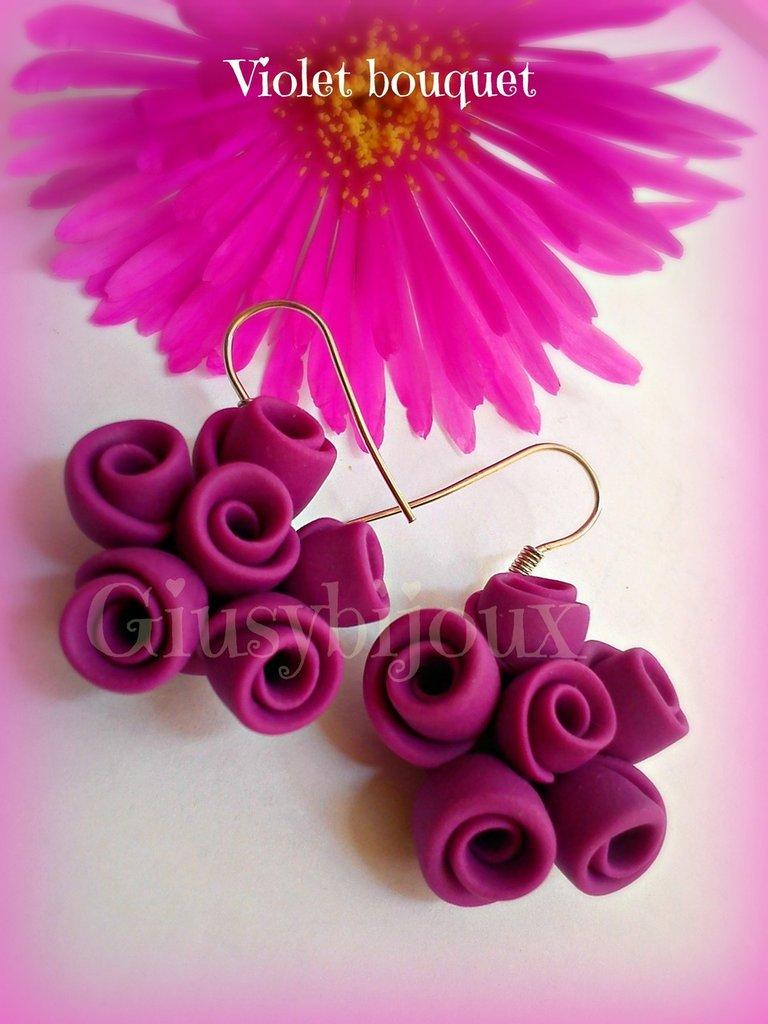 Orecchini  pendenti  Violet Bouquet di rose in pasta di fimo viola con monachella
