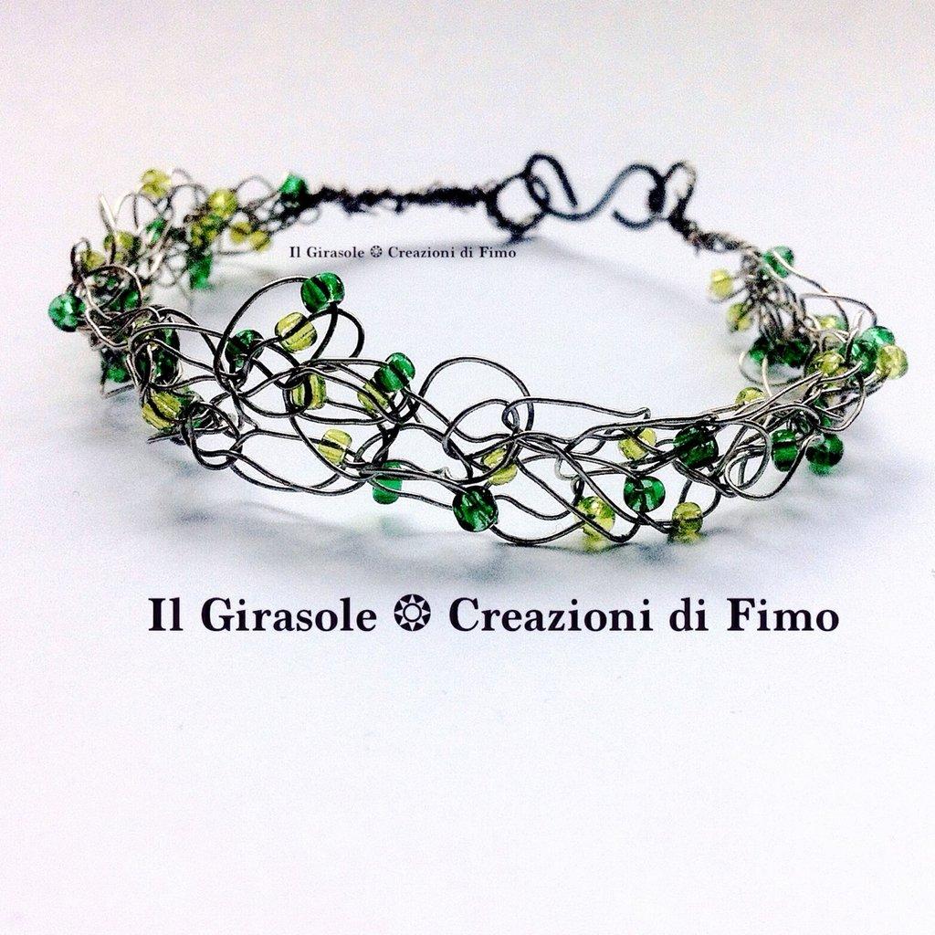 Bracciale in wire crochet con filo di alluminio e perle di vetro