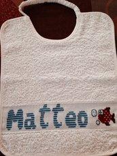 Matteo all'asilo: bavaglio grandezza da asilo con nome e pesciolino.