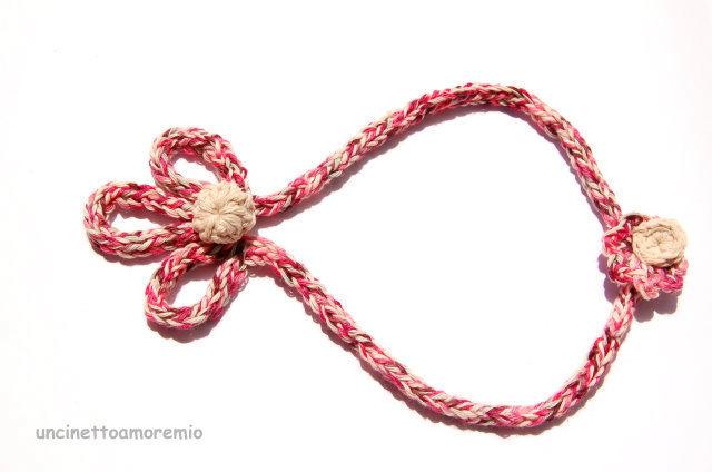 Collana  - tre petali - tricotin e uncinetto  multicolore