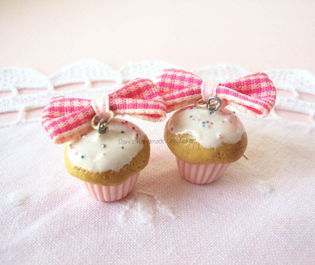 Orecchini cupcakes in fimo con fiocchi rosa e bianchi scozzesi
