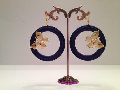 Orecchini a cerchio lavorati all'uncinetto con filo di seta, farfalle e Swarovski Crystal.