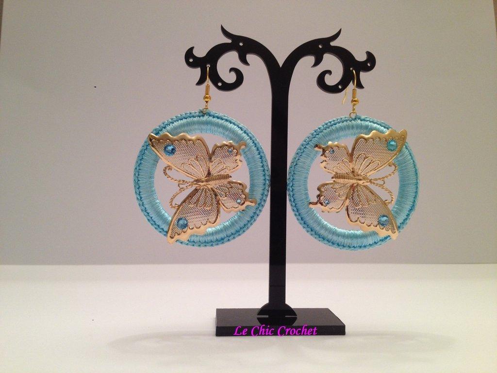 Orecchini a cerchio lavorati all'uncinetto con filo di seta, farfalle e Swarovski Crystal