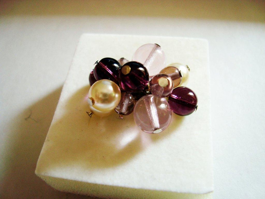 Anello pietre vetro e perle