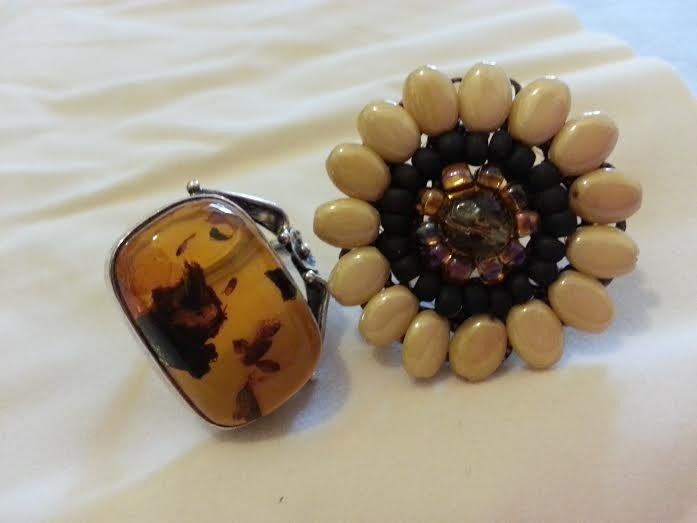 Due anelli regolabili:Ambra e Argento; Perline a Fiore