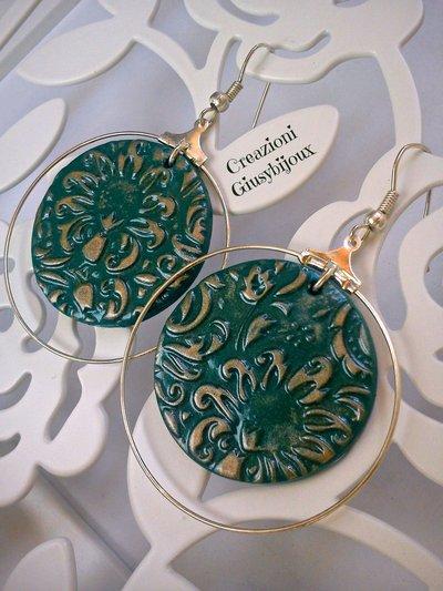 Orecchini cerchio  tondi  decoro floreale  in fimo verde e oro  fatto a mano
