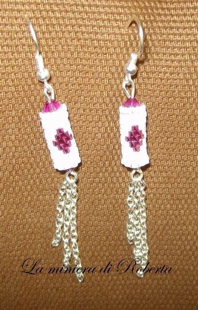 orecchini cilindro in delicas bianco e fucsia