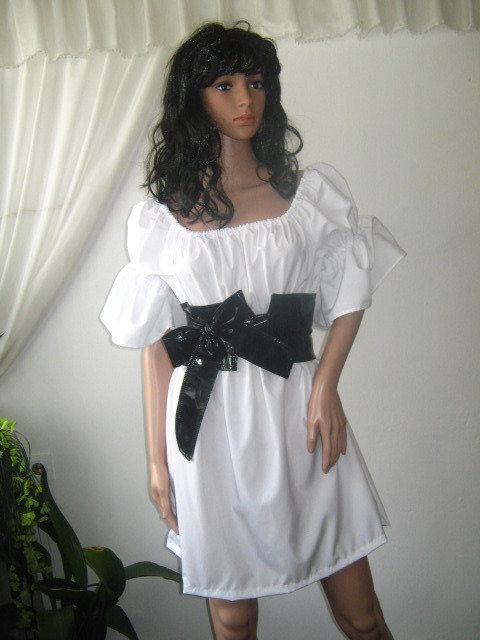 signore elegante mini abito bianco o tunica nera con cintura