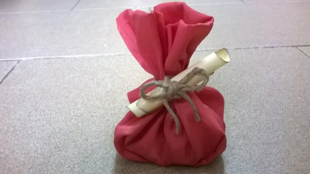 sacchetto di raso con pergamena