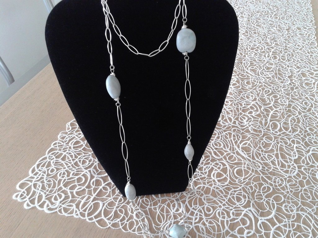 catena argentata e perle in fimo azzurre