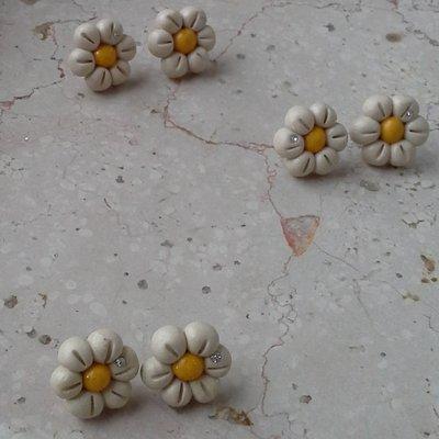 """orecchini a lobo """"fiore"""" giallo ocra con brillantino"""