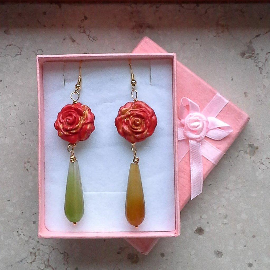 orecchini pendenti rosa in fimo coloe rosso e giallo con pietra preziosa