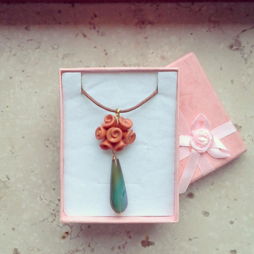 collana con ciondolo boccioli di rosa arancione con pietra preziosa