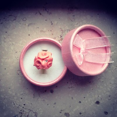 anello roselline in fimo colore rosa salmone