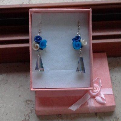 orecchini pendenti in fimo forma boccioli di rosa (blu, celeste, bianco) con pietra