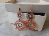 Orecchini crochet in filo di rame e cristalli arancio.