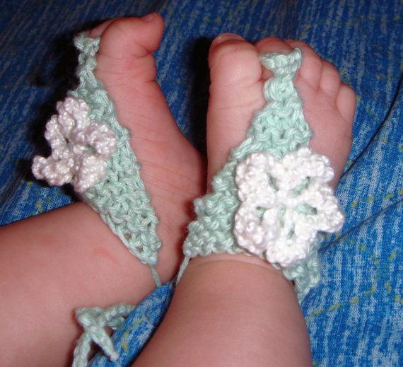 Sandaletti fiore per neonata - pattern a maglia