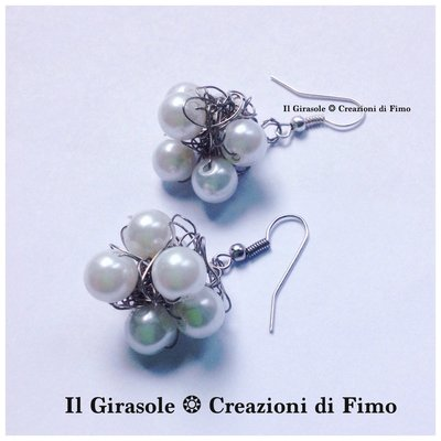 Orecchini wire crochet a grappolo con perle e filo di alluminio