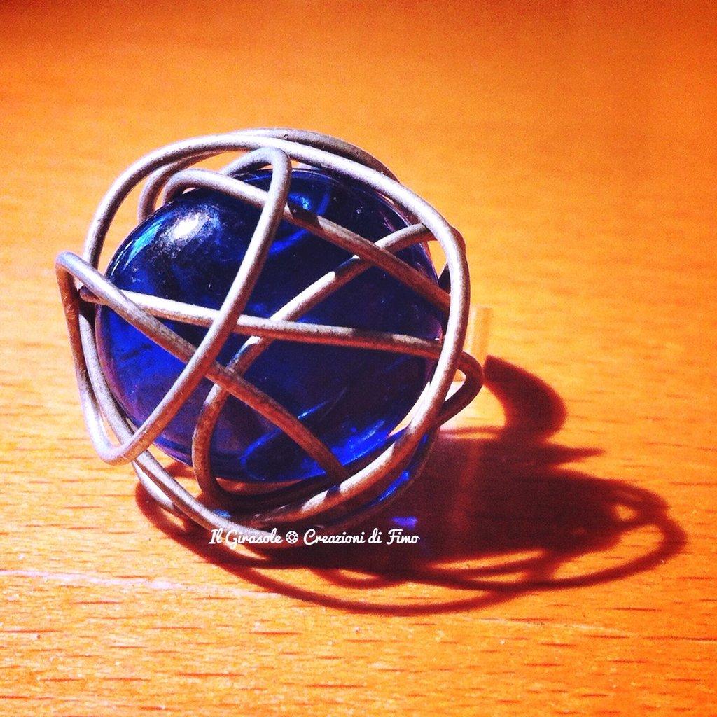 Anello regolabile con cabochon in vetro blu e decorazione in wire