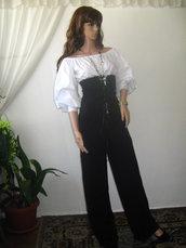 Tuta elegante, alla moda e belle signore, una combinazione di bianco e nero