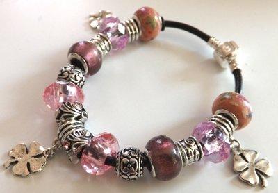 Bracciale con perle in vetro,metallo,acrilico e strass con cordino in cuoio nero