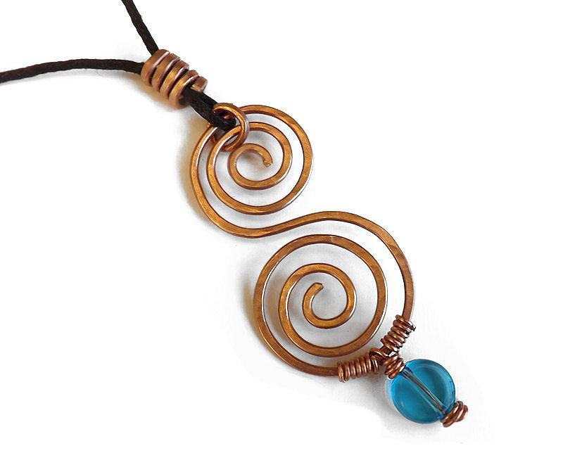 Collana doppia spirale celtica in rame martellato