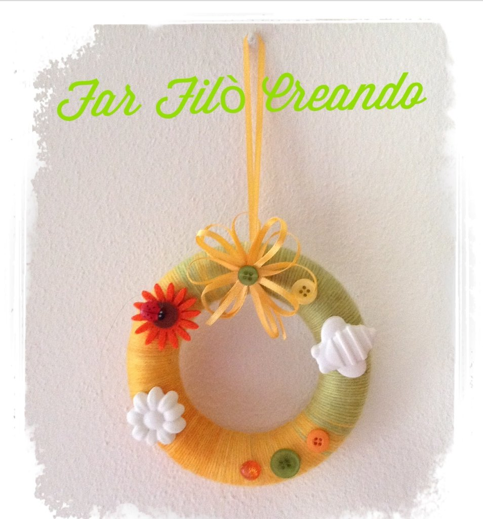 Ghirlanda -coroncina primavera in lana colorata con decorazioni in feltro, bottoni e gesso ceramico