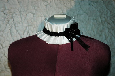 Collare raso bianco, con fiocco e perle nere