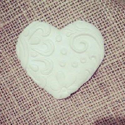 Gessetti profumati-cuore con rilievi- (nastri e fiori),il cuore misura 6,5 cm,