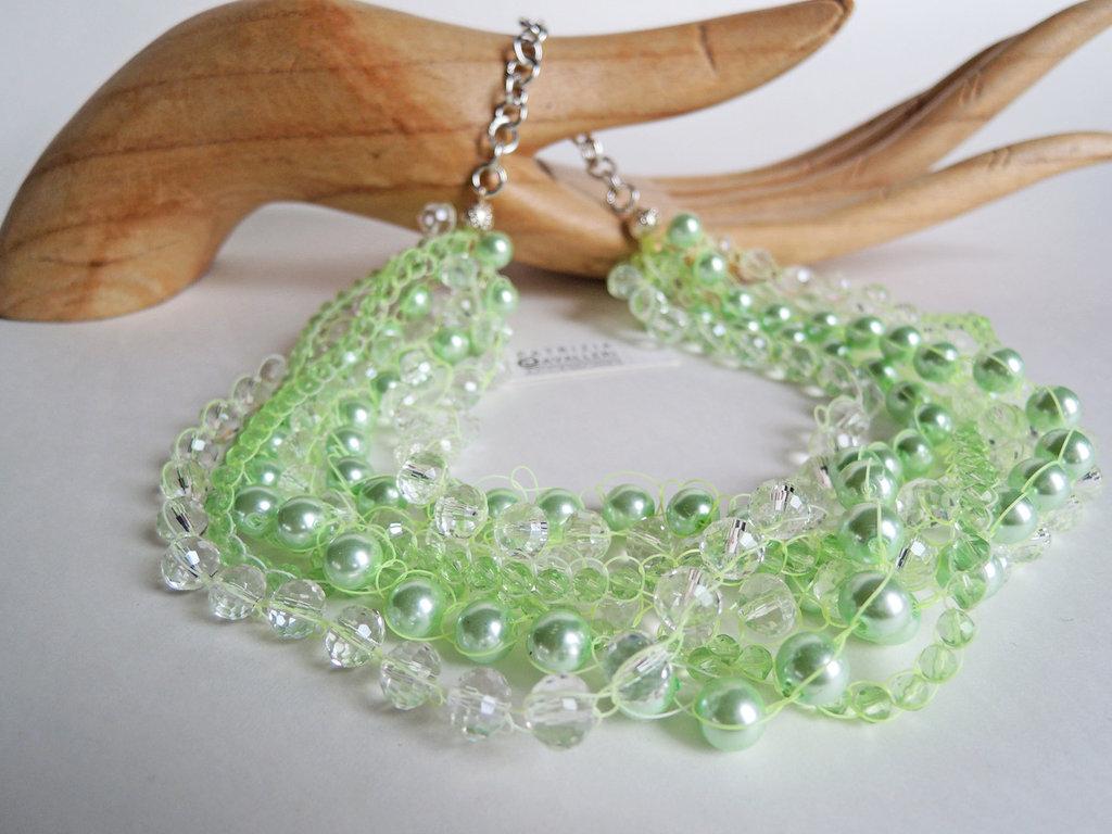 Collana con mezzi cristalli, perle di colore verde acqua e grigie, lavorata con filo verde