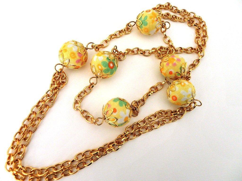 collana dorata con palline di stoffa