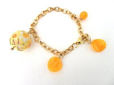 braccialetto dorato con pallina ricoperta in stoffa