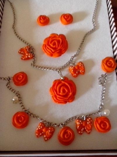 completo di:collana,orecchini,anello e bracciale